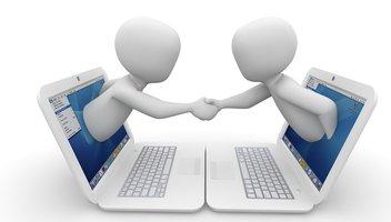 Zwei animierte Männchen treten aus Notebookbildschirm heraus und geben sich die Hand
