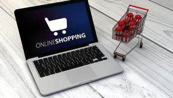 Laptop mit dem Schriftzug Online-Shopping und Einkaufswagen